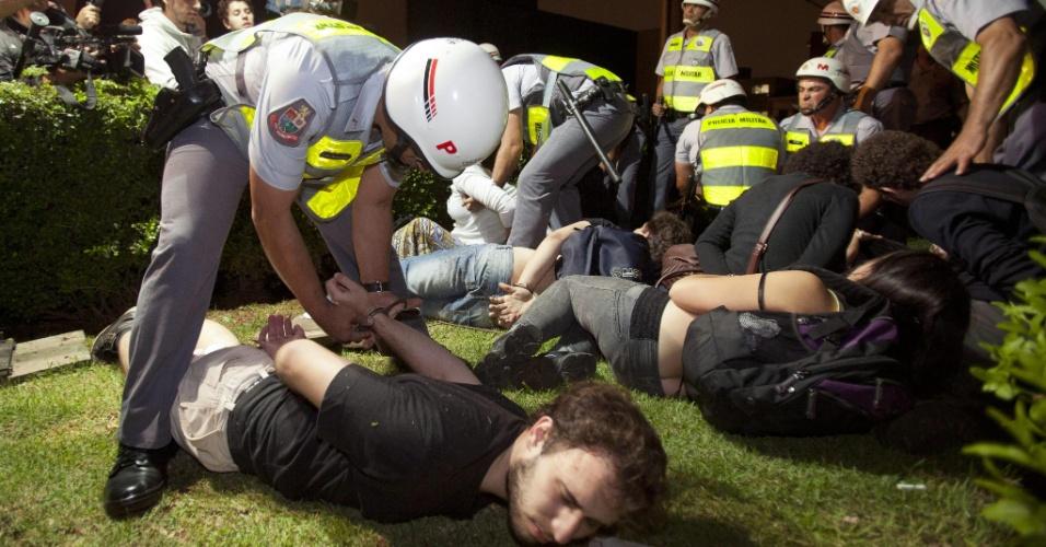 15.out.2013 - Manifestante são detidos durante protesto contra a política educacional do governo de Geraldo Alckmin na capital paulista. A manifestação teve início no início da noite no largo da Batata, em Pinheiros. Manifestantes entraram em confronto com a polícia, que usou bombas de gás lacrimogêneo e efeito moral