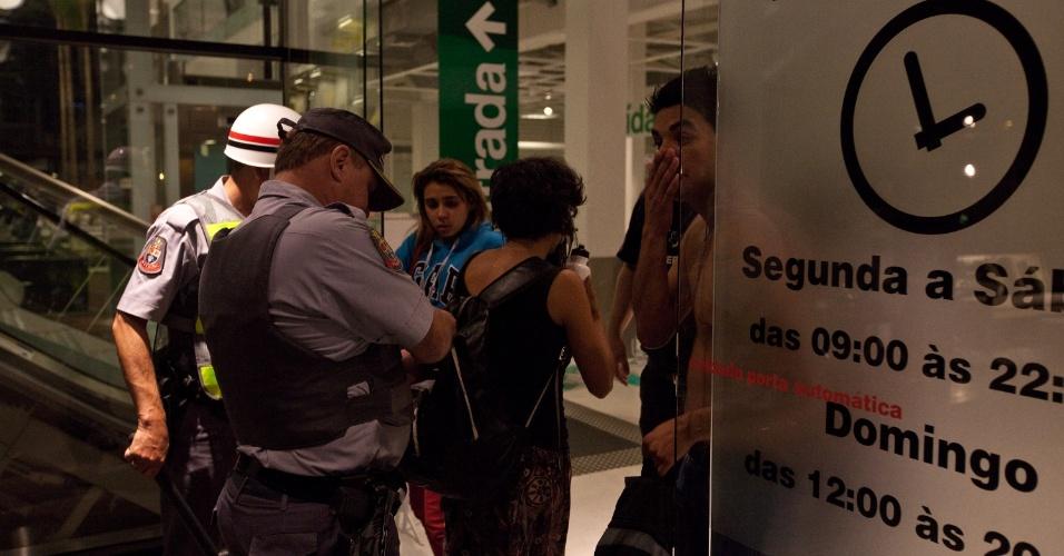 15.out.2013 - Manifestantes entram na loja da Tok Stok da avenida Eusébio Matoso, na zona oeste de São Paulo, durante protesto contra a política educacional do governo de Geraldo Alckmin, deixando clientes aprensivos. Alguns foram detidos pela Polícia Militar. A manifestação teve início no largo da Batata, em Pinheiros