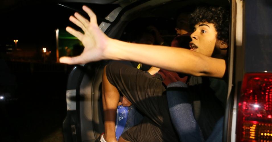 15.out.2013 - Manifestantes são detidos durante protesto em apoio aos professores do Rio de Janeiro que estão em greve por melhores salários, em Brasília, nesta terça-feira (15), Dia do Professor. Os manifestantes passaram por vários pontos da área central de Brasília. A Polícia Militar usou gás de pimenta e fez seis prisões por desacato a autoridade. Não houve vandalismo