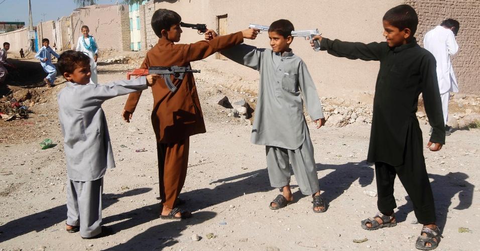15.out.2013 - Meninos afegãos brincam com armas de brinquedo durante o primeiro dia do Eid al-Adha em Jalalabad. Muçulmanos de todo o mundo comemoram a data como o fim da peregrinação Hajj