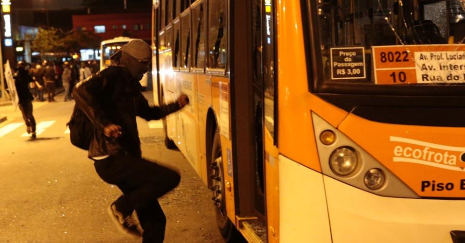 15.out.2013 - Ônibus é vandalizado durante protesto contra a política educacional do governo de Geraldo Alckmin na marginal Pinheiros, sentido Interlagos, nesta terça-feira (15). A manifestação teve início no início da noite no largo da Batata, em Pinheiros. Manifestantes entraram em confronto com a polícia, que usou bombas de gás lacrimogêneo e efeito moral
