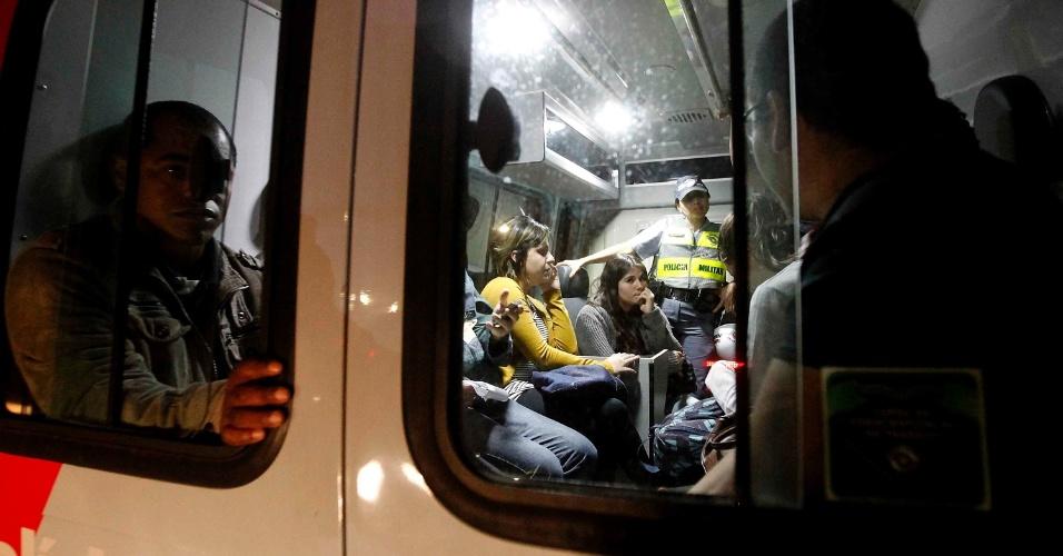 15.out.2013 - Pessoas detidas durante protesto contra a política educacional do governo de Geraldo Alckmin, nesta terça-feira (15), Dia dos Professores. Até as 22h, 56 pessoas haviam sido detidas. A estimativa da PM é que cerca de 400 manifestantes participaram do protesto, que começou no largo da Batata, em Pinheiros
