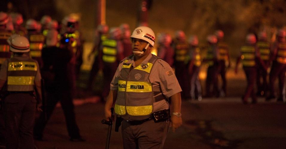 15.out.2013 - Policiais acompanham protesto contra a política educacional do governo de Geraldo Alckmin na marginal Pinheiros, sentido Interlagos, nesta terça-feira (15). A manifestação teve início no início da noite no largo da Batata, em Pinheiros. Manifestantes entraram em confronto com a polícia, que usou bombas de gás lacrimogêneo e efeito moral