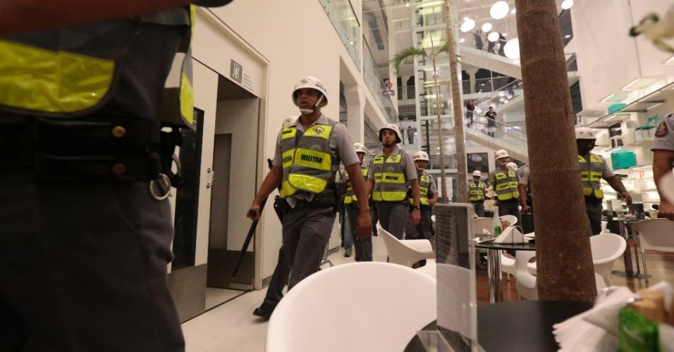 15.out.2013 - Policiais militares entram na loja Tok Stok da avenida Eusébio Matoso, na zona oeste de São Paulo, para retirar manifestantes que entraram no estabelecimento comercial durante protesto contra a política educacional do governo de Geraldo Alckmin, deixando cliente aprensivos. Alguns foram detidos pela Polícia Militar. A manifestação teve início no largo da Batata, em Pinheiros