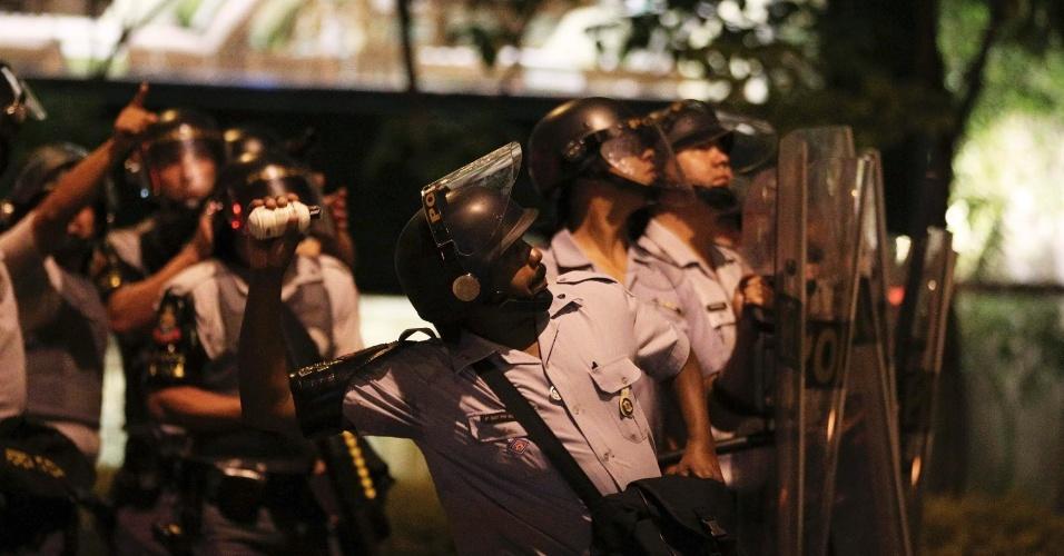 15.out.2013 - Policial lança bomba de gás durante protesto contra a política educacional do governo de Geraldo Alckmin na capital paulista. A manifestação teve início no início da noite no largo da Batata, em Pinheiros. Manifestantes entraram em confronto com a polícia, que usou bombas de gás lacrimogêneo e efeito moral