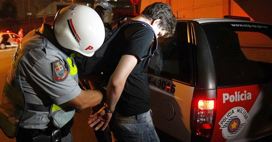 15.out.2013 - Um manifestante é detido pela Polícia Militar no início da avenida Francisco Morato, na zona oeste de São Paulo, durante protesto contra a política educacional do governo de Geraldo Alckmin. A manifestação teve início no início da noite no largo da Batata, em Pinheiros. Manifestantes entraram em confronto com a polícia, que usou bombas de gás lacrimogêneo e efeito moral