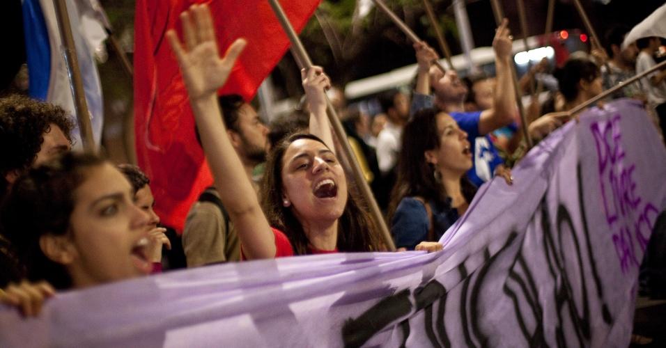 15.out.2013 - Estudantes da USP participam de protesto contra a política educacional do governo de Geraldo Alckmin na capital paulista. A manifestação teve início no início da noite no largo da Batata, em Pinheiros. Manifestantes entraram em confronto com a polícia, que usou bombas de gás lacrimogêneo e efeito moral