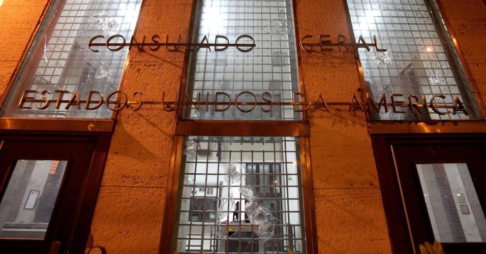 15.out.2013 - O vidro da fachada do Consulado dos Estados Unidos no Rio de Janeiro foi quebrado durante ação dos Black Blocs, após protesto de professores no centro do Rio de Janeiro na noite desta terça-feira (15)