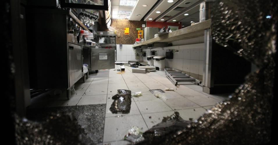 15.out.2013 - Vista do interior de uma loja da rede McDonald's que foi vandalizada após protesto. Manifestação foi organizada por professores no centro do Rio de Janeiro na noite desta terça-feira (15), mas terminou em confronto entre integrantes do grupo Black Bloc e policiais militares