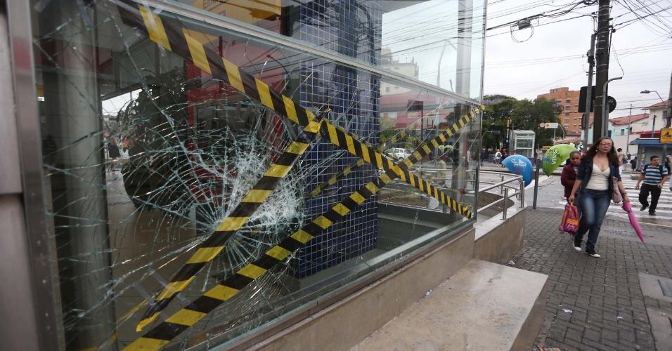 16.out.2013 - Estação Butantã na Zona Oeste amanhece com vidraça quebrada nesta quarta-feira (16), após o protesto