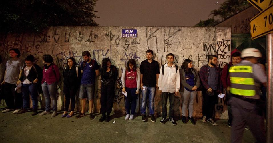 16.out.2013 - Manifestantes detidos pela PM durante protesto contra a política educacional do governo de Geraldo Alckmin são enfileirados, nessa terça-feira (15), em muro em rua próxima à avenida Eusébio Matoso, na zona oeste da capital paulista