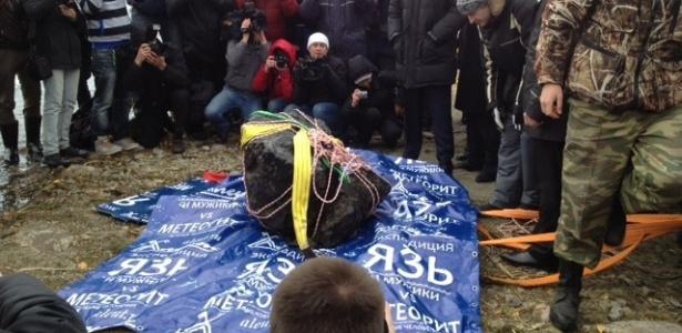 Mergulhadores russos recuperam um pedaço de 1,5 metro do meteorito de dentro do lago Chebarkul