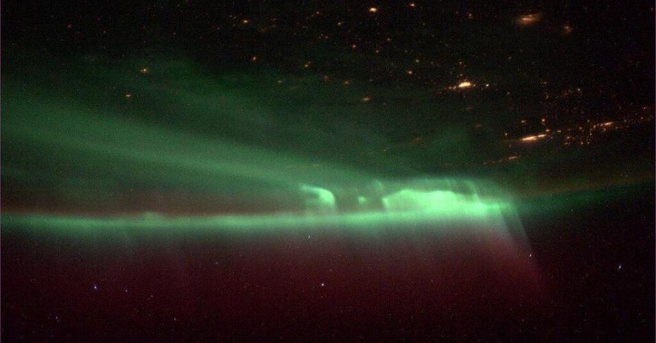 17.out.2013 - A bordo da Estação Espacial Internacional (ISS, na sigla em inglês), o astronauta Mike Hopkins fotografou uma aurora cobrindo o céu da Terra no dia 9 de outubro de 2013