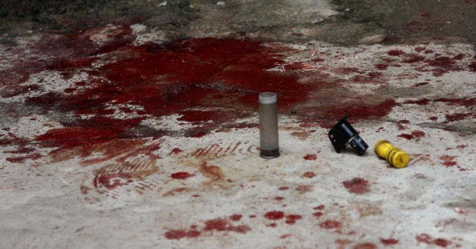 17.out.2013 - A morte de um rapaz de 18 anos dentro da UPP (Unidade de Polícia Pacificadora) de Manguinhos, na zona norte do Rio de Janeiro, na madrugada desta quinta-feira (17), provocou um protesto, no início da tarde, contra policiais militares da unidade, que são apontados pela família como responsáveis pelo óbito. Segundo a Polícia Civil, o corpo de Paulo Roberto Pinho de Menezes foi encaminhado ao IML (Instituto Médico Legal) e passou por exame de necropsia, que poderá apontar as causas da morte, ainda desconhecidas