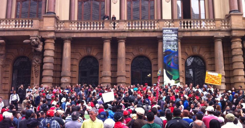 17.out.2013 - Ativistas do MTST (Movimento dos Trabalhadores Sem Teto) protestam em frente ao Theatro Municipal, em São Paulo, na manhã desta quinta-feira (17)