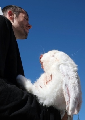 17.out.2013 - Ativistas vegetarianos seguram coelhos mortos durante um protesto contra o abatimento de animais para alimentação humana, em Marselha, na França, nesta quinta-feira (17)
