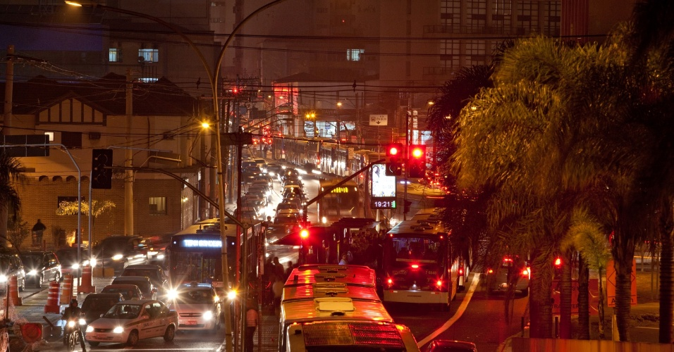 17.out.2013 - Avenida Santo Amaro, na região sul de São Paulo tem trânsito intenso na noite desta quinta-feira (17)