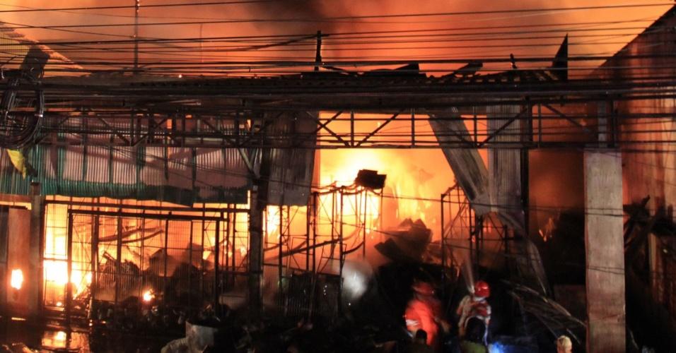 17.out.2013 - Bombeiros combatem incêndio em loja nesta quinta-feira (17) em Phuket (Tailândia). O fogo começou na noite desta quarta-feira (16), quando havia centenas de pessoas no local, e já foi contido, de acordo com a imprensa local. As autoridades confirmam apenas que um bombeiro ficou ferido