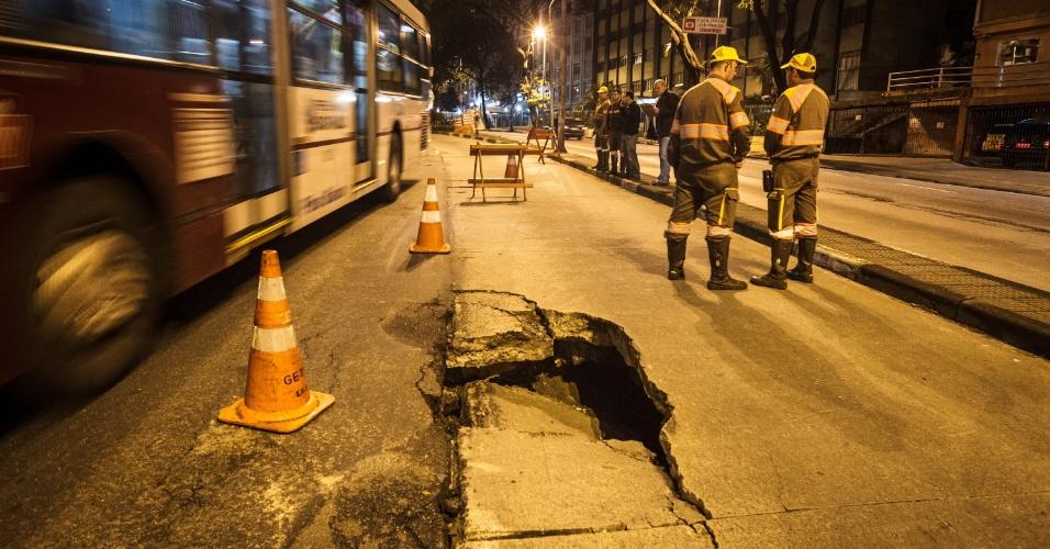 17.out.2013 - Buraco interditou parcialmente o sentido centro da avenida Nove de Julho, em São Paulo, na madrugada