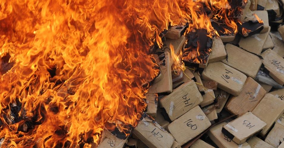 17.out.2013 - Cerca de 420 kg de cocaína foram incinerados em La Mosquitia, em Gracias a Dios, na costa atlântica de Honduras pelo escritório do crime organizado do Ministério Público, em Tegucigalpa, nesta quinta-feira (17). Honduras se tornou um importante ponto de trânsito de drogas da América do Norte para América do Sul e tem a maior taxa de assassinatos do mundo, com 85,5 homicídios por 100 mil habitantes por ano