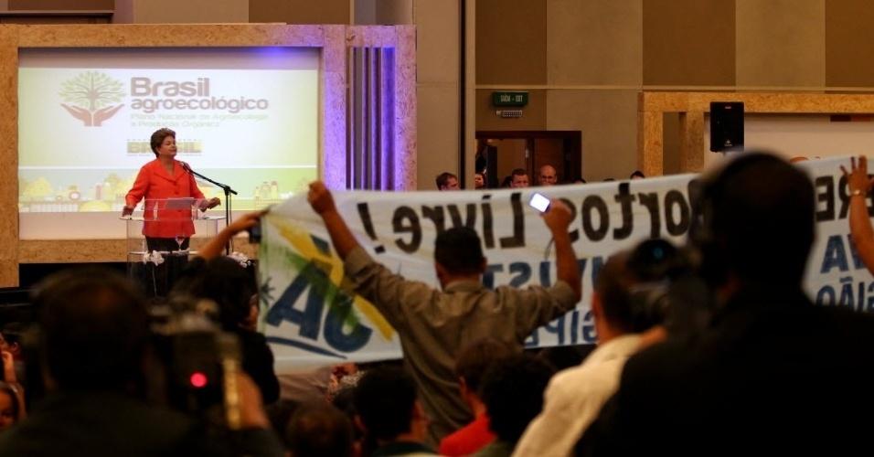 17.out.2013 - Com cartazes, membros dos movimentos sociais pediram a demarcação de terras indígenas e quilombolas, veto a projetos de lei considerados ruralistas, entre outras questões ligadas ao setor agrário, durante a 2ª Conferência Nacional de Desenvolvimento Rural Sustentável e Solidário, no Centro de Eventos Brasil 21, em Brasília, nesta quinta-feira (17). A presidente Dilma Rousseff teve o discurso interrompido diversas vezes pelas palavras de ordem proferidas pelos manifestantes