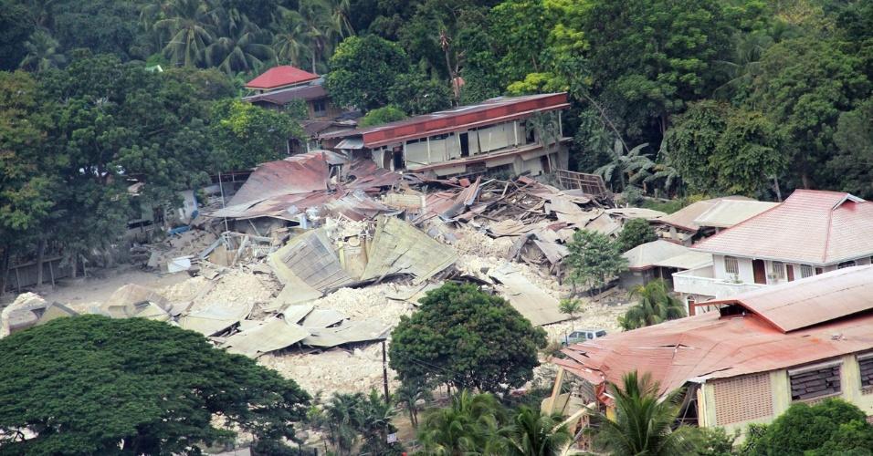 17.out.2013 - Em imagem divulgada nesta quinta-feira (17) pela Força Aérea das Filipinas, igreja fica destruída após terremoto de magnitude 7,1 que atingiu Loon, na província de Bohol, na terça-feira (15), matando mais de 150 pessoas