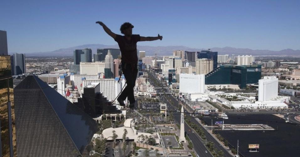 17.out.2013 - Equilibrista Andy Lewis caminha em corda bamba no 63º andar do prédio do Mandalay Bay Resort, em Las Vegas, Nevada (EUA), na quarta-feira (16). Ele alcançou o recorde mundial para a maior distância caminhada em uma corda bamba urbana ao andar por 110 m de comprimento, durante a Copa do Mundo da Federação Mundial de Slackline