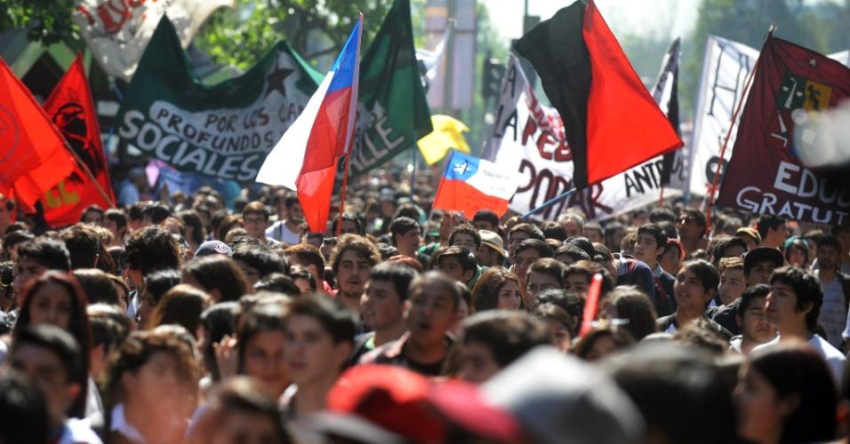 17.out.2013 - Estudante fazem manifestação e pedem melhorias no sistema público de educação chileno, em Santiago, nesta quinta-feira (17)