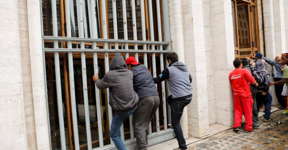 17.out.2013 - Integrantes do MTST (Movimento dos Trabalhadores Sem Teto) tentam invadir o prédio da Prefeitura de São Paulo durante protesto na manhã desta quinta-feira (17). O grupo chegou a quebrar uma vidraça