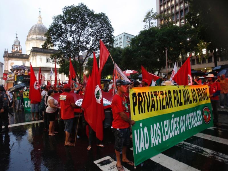 17.out.2013 - Manifestação dos Petroleiros contra o leilão do pré-sal em frente ao prédio da ANP (Agência Nacional de Petróleo) no centro do Rio de Janeiro