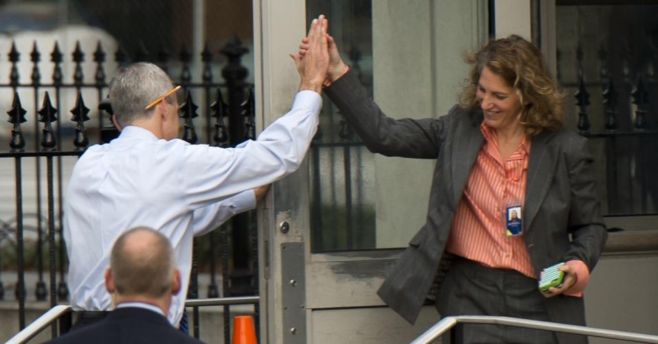 17.out.2013 - O chefe da equipe administrativa da Casa Branca, Denis McDonough (de costas), cumprimenta  funcionária na entrada do edifício Eisenhower, em Washington, logo após o fim da paralisação do governo