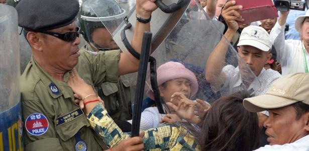 Polícia reprime manifestantes durante protesto em Phnom Penh. Ativistas do Camboja dizem que o governo já expropriou milhares de famílias de suas fazendas para ceder os terrenos a empresas privadas
