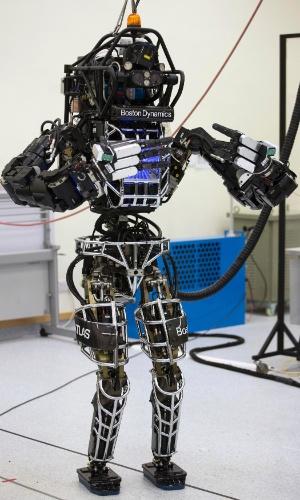 17.out.2013 - Robô bípede Atlas, fabricado pela norte-americana Boston Dynamics, pratica tai chi chuan nesta quinta-feira (17) durante entrevista coletiva na Universidade de Hong Kong (China). A máquina, que tem 1,83 metro de altura e pesa 169,7 quilos, é feita de alumínio e titânio e custou US$ 1,93 milhão (cerca de R$ 4,21 milhões)