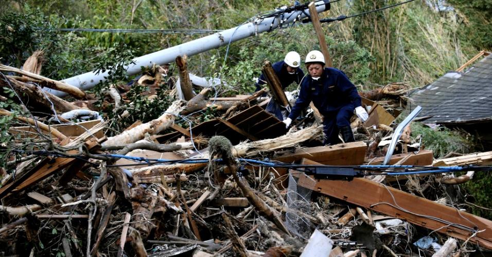 17.out.2013 - Socorristas procuram por sobreviventes nesta quinta-feira (17) após deslizamento provocado pelos fortes ventos do tufão Wipha, em Oshima (Japão). O ciclone já matou ao menos 17 pessoas e deixou 45 desaparecidas
