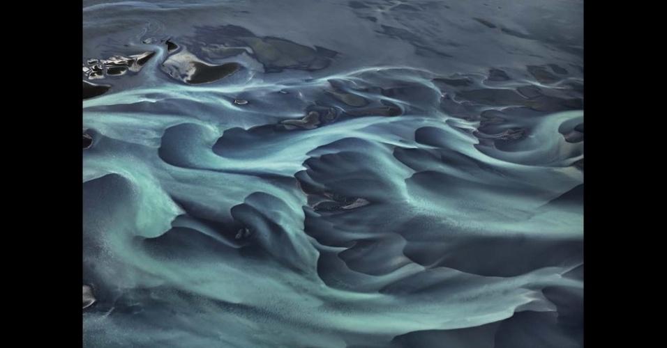 """19.out.2013 - Nossa dependência da natureza para fornecer os recursos para consumo próprio e nossa preocupação com a saúde do planeta nos colocam em uma situação contraditória"""", acrescenta o canadense"""
