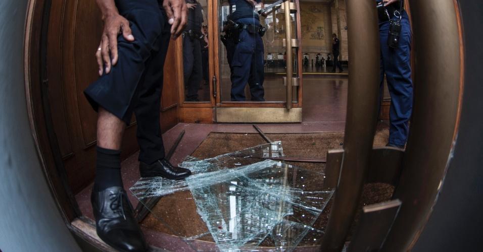Vidros da Prefeitura de São Paulo, no centro da capital paulista, são quebrados durante protesto dos trabalhadores sem-teto, na manhã desta quinta-feira (17)