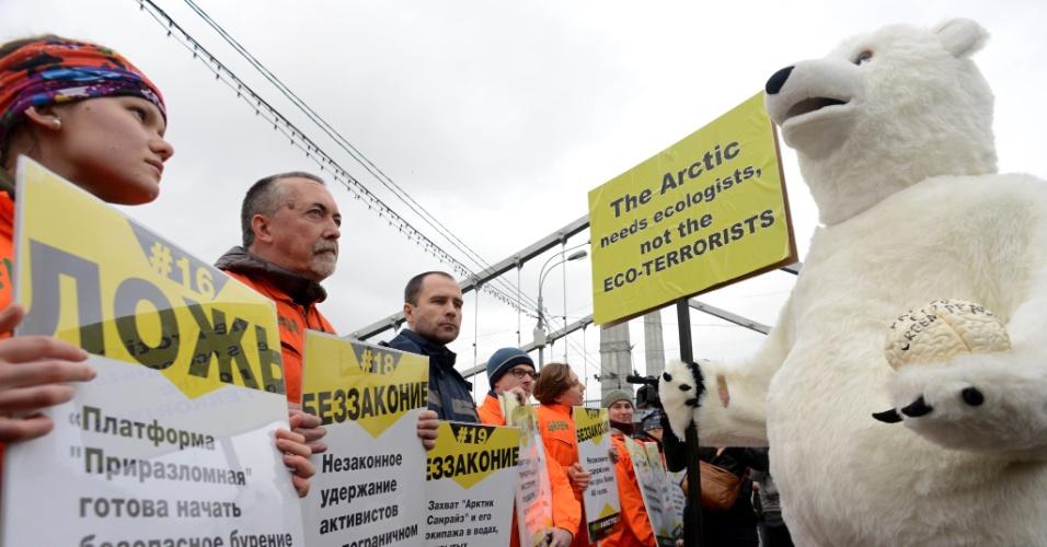 """18.out.2013 - Vestido de urso, ativista protesta contra ato de apoio aos """"30 do Ártico"""" organizado pelo Greenpeace em Moscou, na Rússia. O homem fantasiado foi detido após conflito com o grupo da ONG ambiental"""
