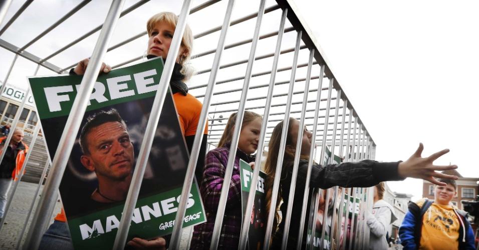 """18.out.2013 - A namorada do holandês Mannes Ubels, ativista do Greenpeace detido na Rússia desde setembro, entra em uma jaula durante ato de apoio aos """"30 do Ártico"""" em Groningen. Os tripulantes do quebra-gelo da ONG foram acusados de pirataria após um protesto contra uma plataforma de petróleo no Ártico russo"""
