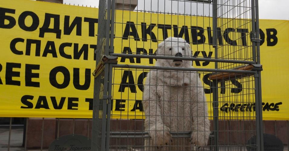 """18.out.2013 - Fantasiado de urso polar, ativista do Greenpeace protesta em Moscou, na Rússia, contra a prisão de 30 tripulantes do barco """"Arctic Sunrise"""". O grupo é acusado de """"pirataria organizada"""" após tentarem escalar uma plataforma petrolífera da gigante russa Gazprom no Ártico"""