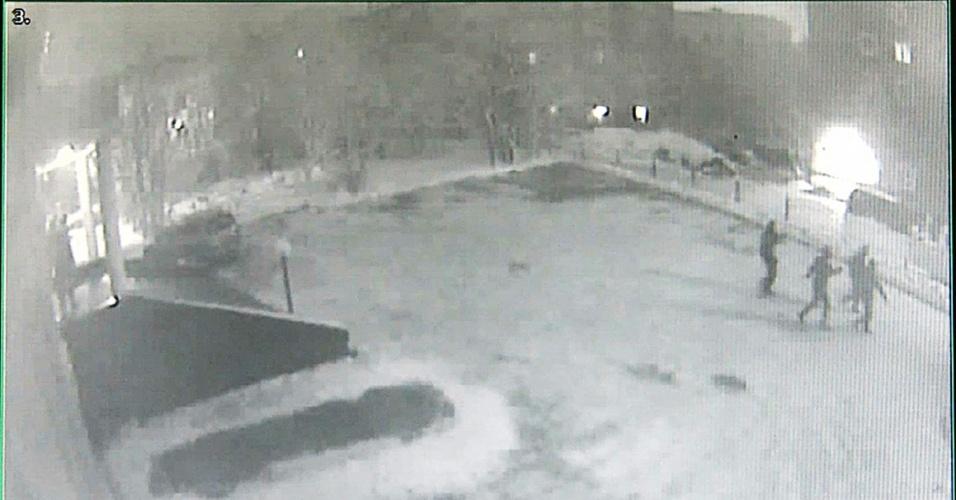 18.out.2013 - Câmeras de segurança registraram o momento em que homens mascarados entraram na sede do Greenpeace em Murmansk, na Rússia, de madrugada. A ONG afirma que o grupo furtou uma jaula que seria utilizada em um protesto contra a prisão dos 30 ativistas do Ártico