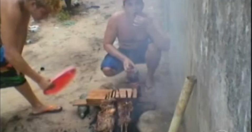 18.out.2013 - Em julho deste ano, fotos publicadas nas redes sociais mostravam detentos de um presídio de Santarém, no Pará, fazendo um churrasco dentro da unidade prisional. Nelas, eles exibiam comida e dinheiro