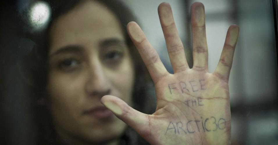 18.out.2013 - Holandesa Faiza Oulahsen, que está entre os 30 ativistas do Greenpeace detidos após um protesto no Ártico, pede libertação do grupo antes de chegar ao tribunal da cidade de Murmansk, na Rússia. Os tripulantes do quebra-gelo 'Arctic Sunrise' são acusados pela Justiça russa de pirataria, crime que pode render até 15 anos de prisão, após um protesto contra uma plataforma de petróleo no Ártico
