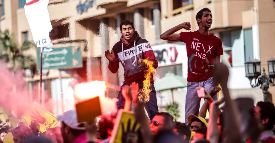 18.out.2013 - Manifestantes fazem protesto contra os militares no Cairo, Egito. Simpatizantes do presidente deposto,  Mohammed Mursi, participaram de manifestações em todo o país