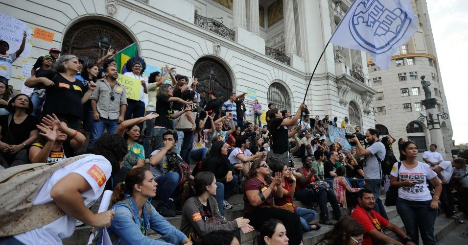 18.out.2013 - Manifestantes voltam a ocupar as escadarias da Câmara Municipal do Rio de Janeiro, na Cinelândia, em protesto pela liberdade dos manifestantes presos no último dia 15