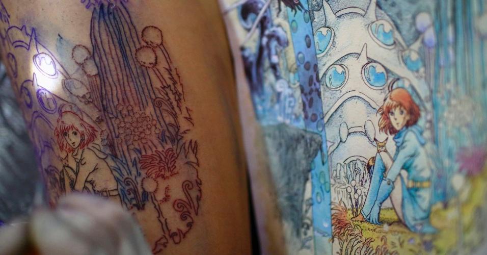 18.out.2013 - Coxa de uma mulher é tatuada durante o Inked Nepal - A Convenção de Tatuagem e Estilo de Vida, em Katmandu, no Nepal