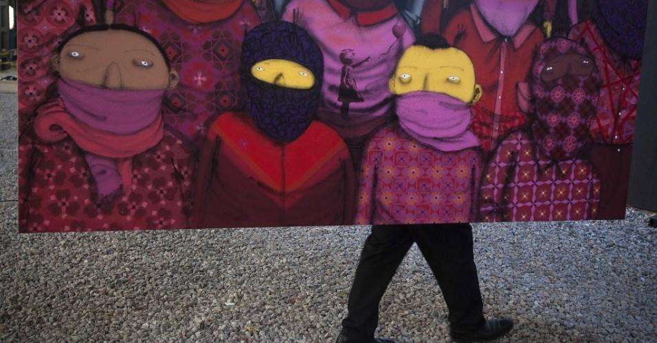 19.out.2013 - Guarda de segurança anda atrás de uma nova instalação de arte em grafite do artista britânico Banksy em Nova York,nos Estados Unidos