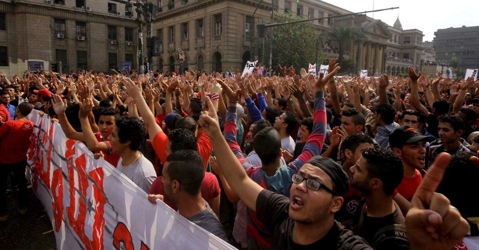 19.out.2013 - Manifestantes protestam em frente ao escritório do procurador-geral no Cairo, Egito, para pedir a libertação de presos durante um confronto com equipe de segurança do time de handebol
