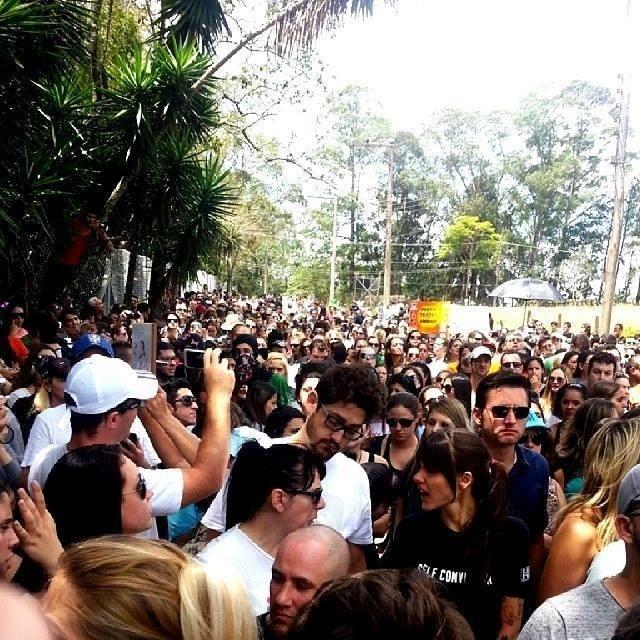 19.out.2013 - Manifestantes se reúnem durante protesto contra o uso de animais em testes de laboratório. O protesto ocorre depois que um grupo de ativistas invadiu o Instituto Royal em São Roque,interior de São Paulo e retirou cães do local,alegando que eles sofriam maus-tratos