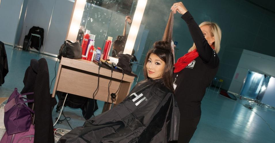 21.out.2013 - Moe Set Wine, Miss Mianmar, é penteada ao chegar em hotel de Moscou, na Rússia, onde acontece o Miss Universo 2013. O concurso acontece no dia 9 de novembro e, até lá, as mais de 80 beldades vão visitar diversos pontos turísticos da capital russa e ensaiar para a grande final