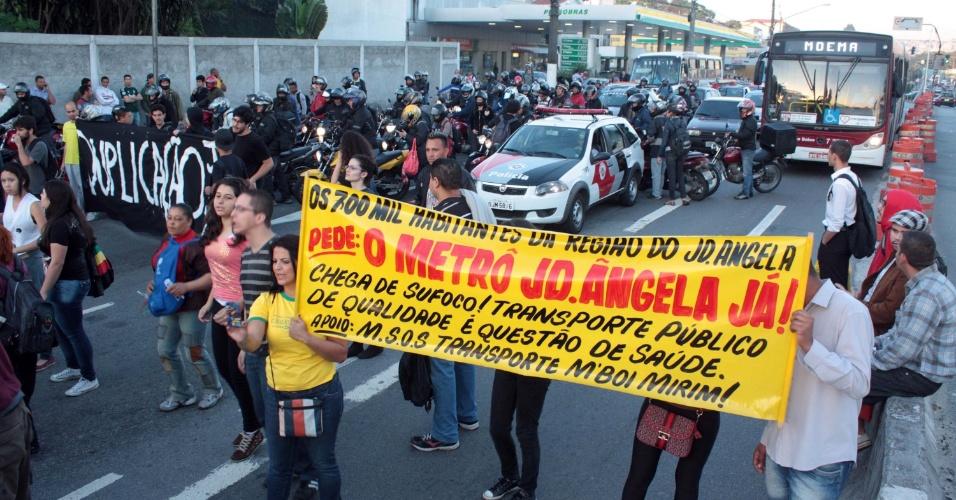 21.out.2013 - Um grupo bloqueou a estrada M'Boi Mirim no Largo do Piraporinha, em São Paulo, na manhã desta segunda-feira (21) contra corte de linhas de ônibus e pela duplicação da via. Durante a madrugada, os manifestantes chegaram a interditar o local com barricadas de pneus com fogo. A estrada já foi liberada